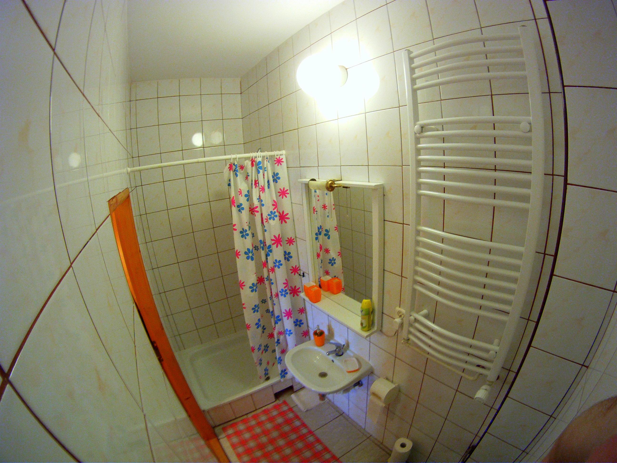 Łazienka w drugim pokoju.